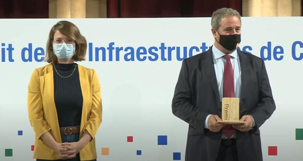 Enric Font recollint el premi a projectistes en nom de AudingIntraesa, S.A. de part de Janet Sans, Tinent d'Alcaldia d'Ecologia, Urbanisme, Infraestructures i Mobilitat de l'Ajuntament de Barcelona